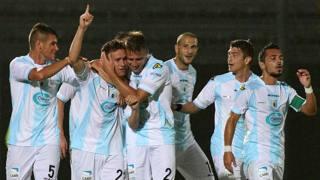 Stefano Botta, 27 anni, festeggia la marcatura tra gli abbracci dei compagni. LaPresse