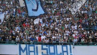La curva dei tifosi del Napoli al San Paolo. Ansa