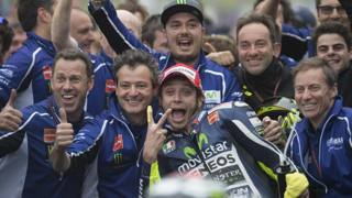Rossi e il suo team festeggiano il successo. Getty