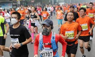 Alcuni dei partecipanti alla maratona di Pechino. EPA