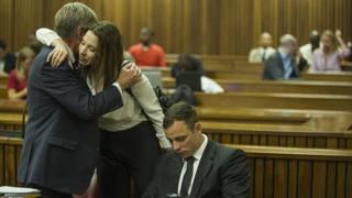 Aimee Pistorius abbraccia l'avvocato, accanto al fratello Oscar in tribunale. Epa