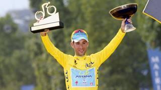 Vincenzo Nibali in maglia gialla sui Campi Elisi. Bettini