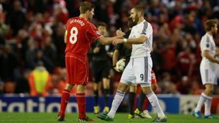 Gerrard rende onore a Benzema. LaPresse