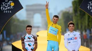 Campi Elisi 2014: Vincenzo Nibali trionfa davanti ai francesi Jean Christophe Peraud (2�, a sinistra) e Thibaut Pinot, 3�. Bettini
