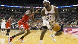 LeBron James, qui contro Tony Snell dei Bulls. Reuters