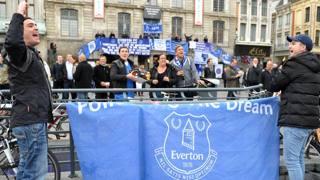 Alcuni tifosi dell'Everton nella piazza principale di Lilla. Afp