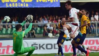 Andrea Poli vicino al gol al Bentegodi. Afp