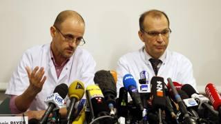 Jean-Francois Payen, a sinistra, e Emmanuel Gay lo scorso 31 dicembre all'ospedale di Grenoble. Reuters