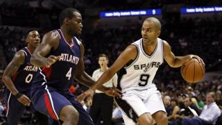 Tony Parker (9) contro Paul Millsap. Reuters