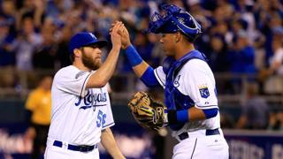Greg Holland esulta con il catcher dei Royals Salvador Perez. Afp