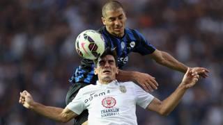 Christodoulopoulos contrastato di testa da Carmona. Getty