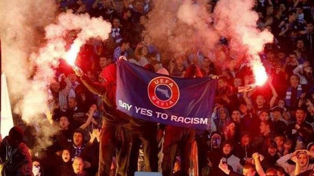 Altre bandiere esposte durante le partite dei giorni scorsi. Social