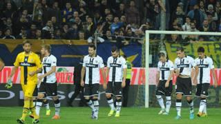 La mesta uscita dal campo dei giocatori del Parma. Ansa