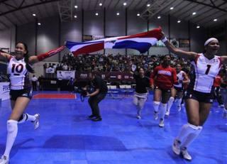 Vargas (a destra) con la bandiera della Repubblica Dominicana