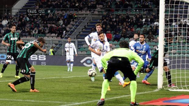 Il colpo di testa di Berardi per il 3-1 del Sassuolo. Ansa