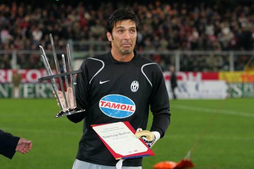 Prima della partita viene premiato Gigi Buffon per le 500 presenze con la Juve. LaPresse