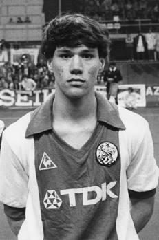 Un giovanissimo Van Basten con la maglia dell'Ajax. Con i Lancieri gioca 133 partite segnando128 gol dal 1981 al 1987.