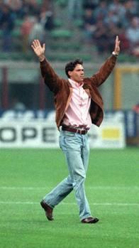 L'addio al Milan e al calcio tra le lacrime a San Siro a soli 30 anni, dopo quattro interventi chirurgici alla caviglia.