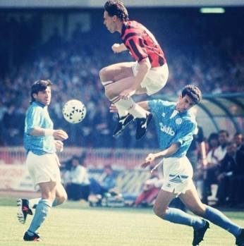 Van Basten in azione contro il Napoli: al San Paolo segnò uno dei tre gol nell'anno dello scudetto e quattro nell'1-5 del 1992-93