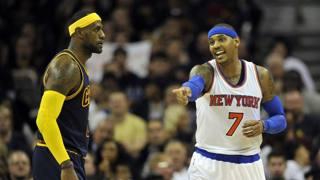 Carmelo Anthony se la ride, LeBron lo guarda: Cleveland battuta in casa. Reuters