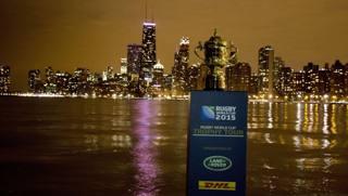 La coppa del Mondo sullo sfondo della skyline di Chicago. Afp