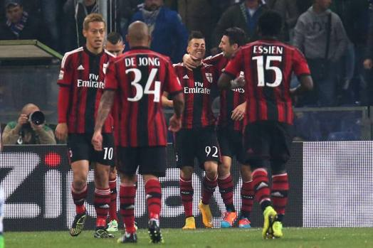 L'abbraccio rossonero a Stephan El Shaarawy, tornato al gol un anno e otto mesi dopo l'ultimo acuto, contro l'Inter in un derby del febbraio 2013. Afp