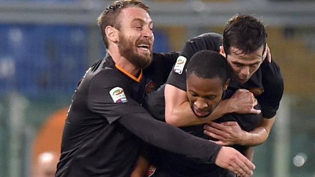 Seydou Keita, centrocampista maliano ex Barcellona, festaggia il primo gol in giallorosso. Ansa