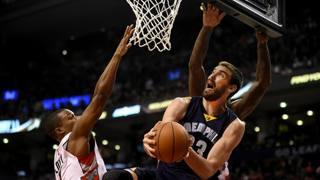 Marc Gasol a canestro contro i  Toronto Raptors. REUTERS