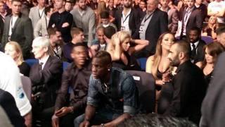 Mario Balotelli a un incontro di boxe. Twitter