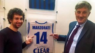 Mauro Santambrogio e Pierluigi Marzorati davanti a una storica maglietta del grande campione di basket