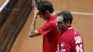 Un preoccupato Federer col mal di schiena. Reuters