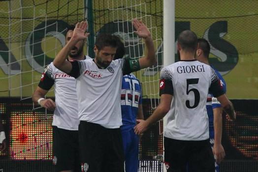 Lucchini, ex Sampdoria, si scusa per il gol... E non esulta. Il manuzzi invece gioisce, eccome. Ansa