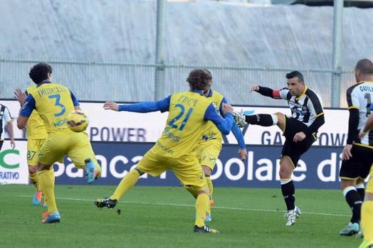 Totò Di Natale spara di sinistro: Udinese avanti sul Chievo. LaPresse