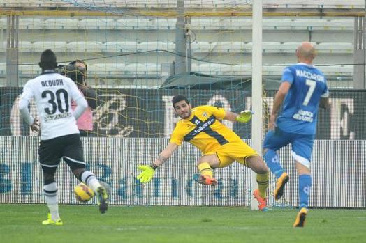 Matias Vecino, fuori dall'inquadratura, batte Iacobucci e regala l'1-0 dell'Empoli a Parma. LaPresse