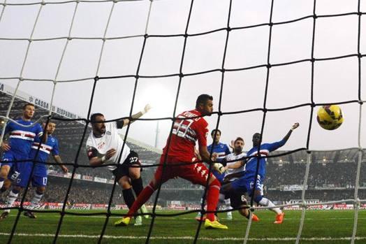 Lucchini la tocca sottoporta e manda in vantaggio il Cesena al Manuzzi contro la Sampdoria. LaPresse