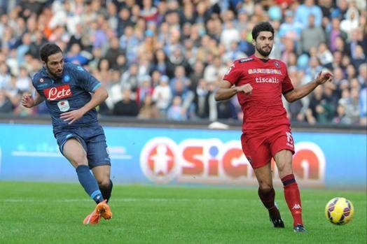 Higuain vola in contropiede: pronti, via e Napoli in vantaggio sul Cagliari. Ansa