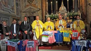 Convento della Castellina: da sinistra Paolo Slongo (d.s. e preparatore Astana), Fabio Aru, Mario Cipollini e i sacerdoti. REMO MOSNA