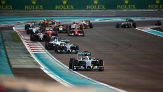 Hamilton precede Rosberg dopo la partenza. Afp