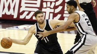 Brook Lopez, centro dei Nets, in azione con Tim Duncan di San Antonio. Reuters