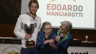 Gregorio Paltrinieri con la vedova e la figlia di Edoardo Mangiarotti . Ipp