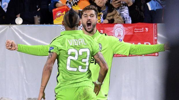 Llorente festeggia, Vidal va ad abbracciarlo. Afp