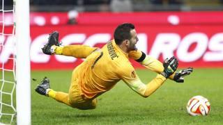 Samir Handanovic para il rigore a Konoplyanka sull'1-0 per il Dnipro. LaPresse
