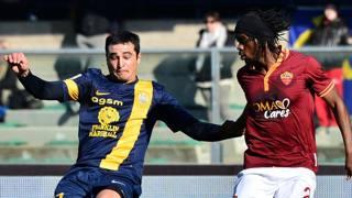Alejandro Gonzalez, uruguaiano del Verona, qui con Gervinho della Roma. Afp