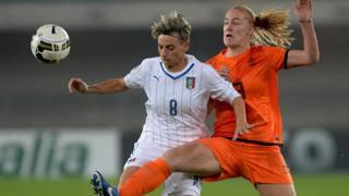 Melania Gabbiadini in azione con Vivianne Miedema, che ha deciso il match. Getty