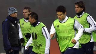 Mancini e i suoi giocatori durante l'allenamento di ieri. Ansa