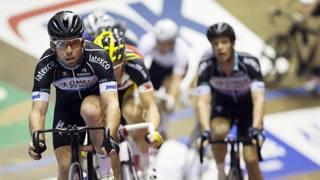 Mark Cavendish e Iljo Keisse sullo sfondo, sulla pista di Gand. Afp