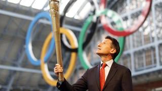 Sebastian Coe con un prototipo della torcia olimpica di Londra 2012. Reuters