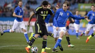 Un contrasto tra Gabriel Paletta e Diego Costa. Afp