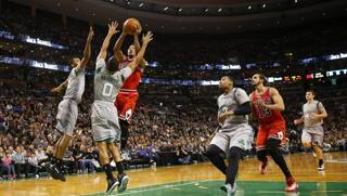 Derrick Rose al tiro contro Boston, in maglia grigia. Reuters