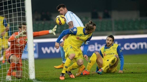 Filip Djordjevic, bomber della Lazio con 6 gol, in area gialloblù.  Getty